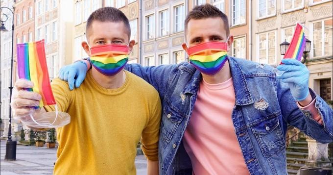 Eşcinsel Çift Gökkuşağı Yüz Maskeleri Dağıtıyor
